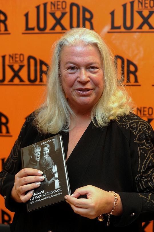 Kristina Novotná s knihou o své mamince