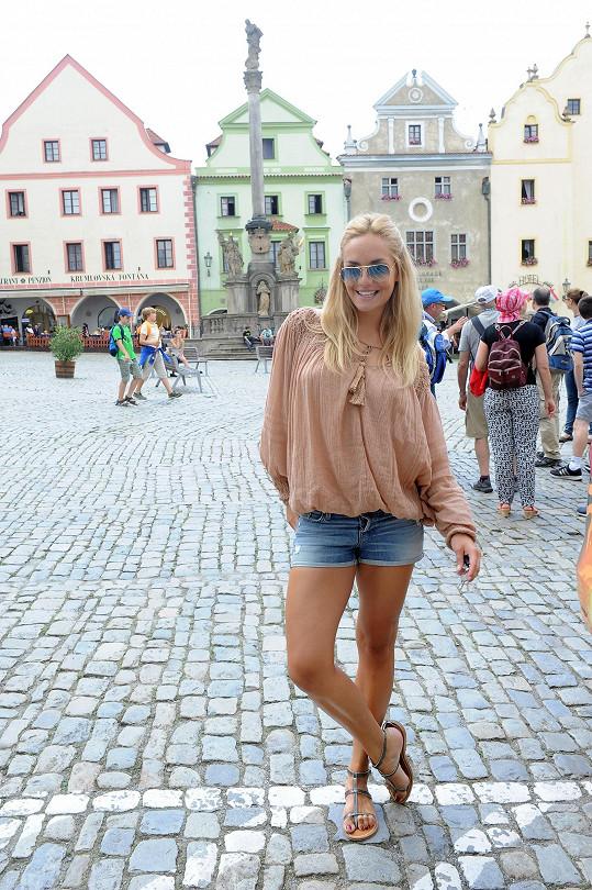 Taťána zapózovala i na historickém náměstí.