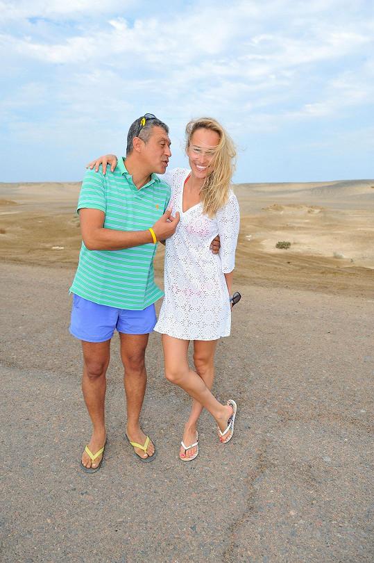 Renata na pláži s hoteliérem Tamerem, který jí ukázal jednu z nejkrásnějších pláži Marsa Alam.