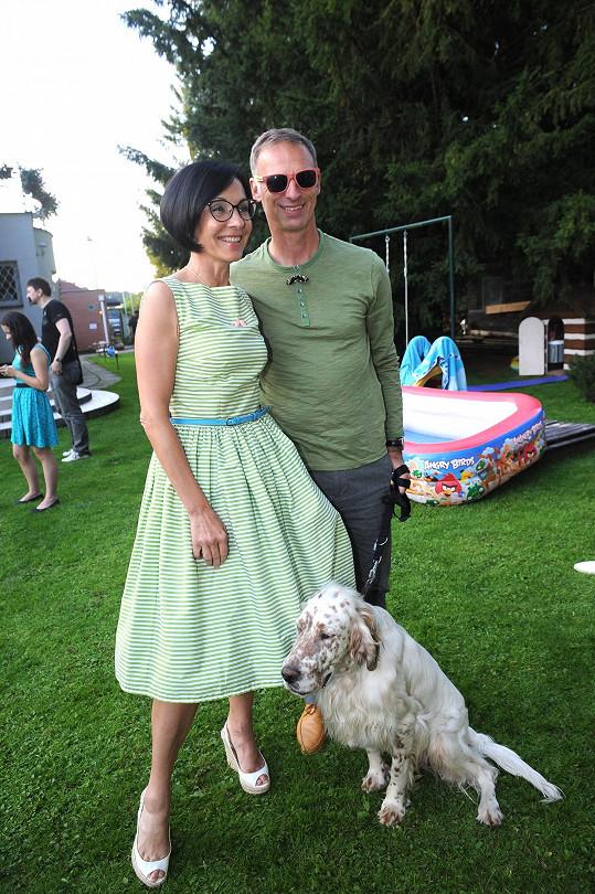 Dominik Hašek dorazil s partnerkou Libuší Šmuclerovou a ročním psím krasavcem na zahradní párty Petra Jandy.