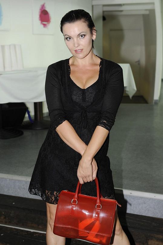 Daniela Révaiová také dala nahlédnout do dekoltu.