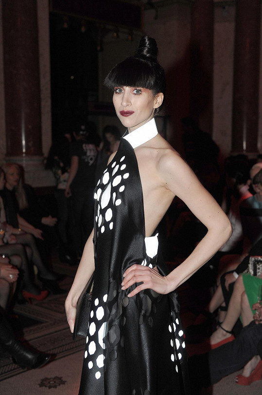 Celá forma šatů je inspirována tvarem broušeného diamantu. Make-up a vlasový styling včetně umělé ofiny jí vytvořili v pražském Make-up Institutu.