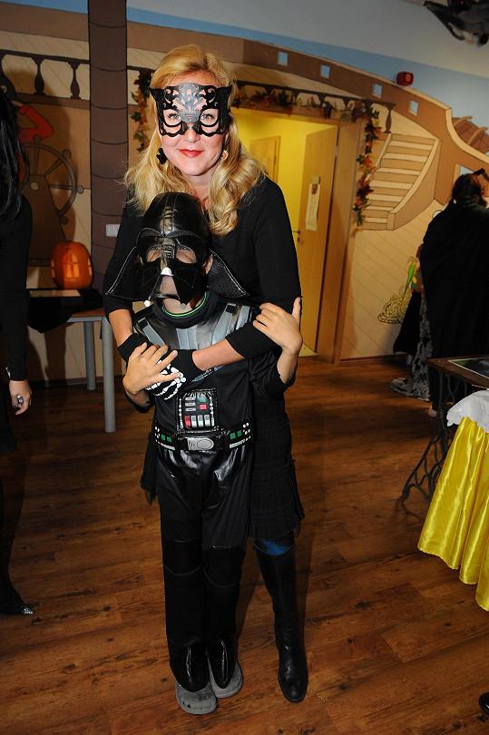 Vendula Svobodová a její syn Jakub v maskách