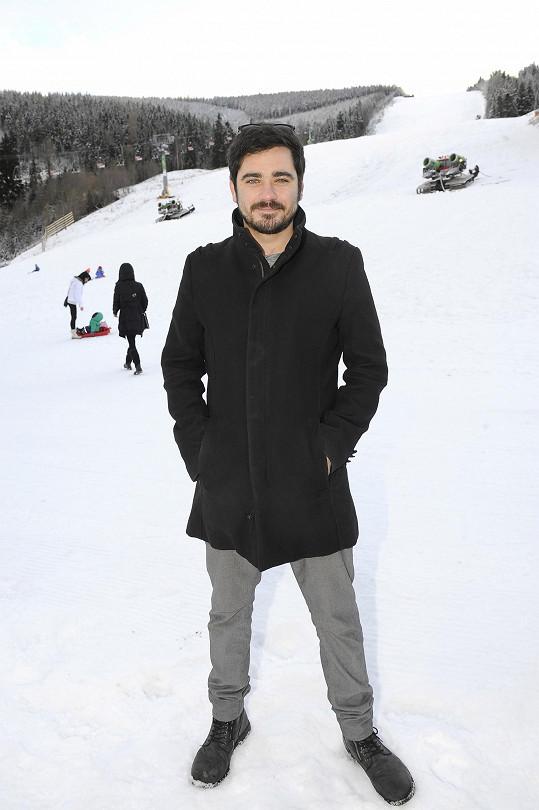 Vojta Kotek se na hory zapomněl teple obléknout.