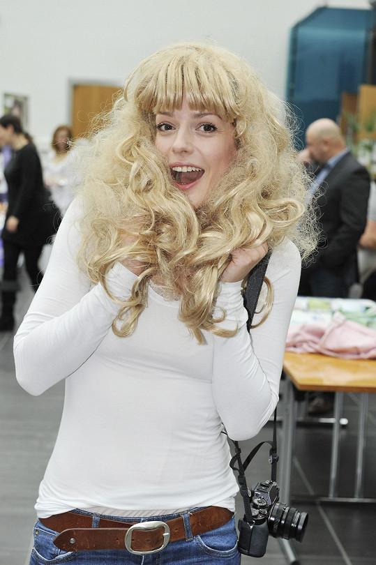 Kariéru začínala jako kudrnatá blondýna, teď se k účesu na chvíli vrátila.