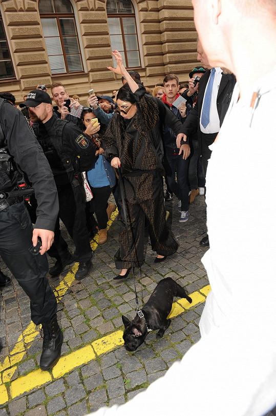 Gaga v Praze ukazovala, co si nechala vytetovat na záda.