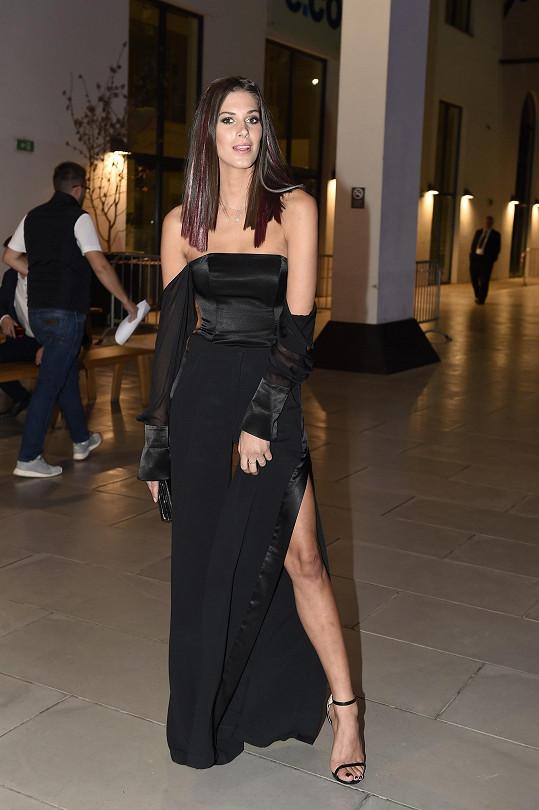 Anetu Vignerovou oblékl již tradičně její dvorní návrhář Michael Kováčik. Místo klasických šatů zvolila modelka originálně řešené široké kalhoty s vysokými rozparky sladěné s korzetovým topem, který pro změnu vynikal spadlými rukávky.