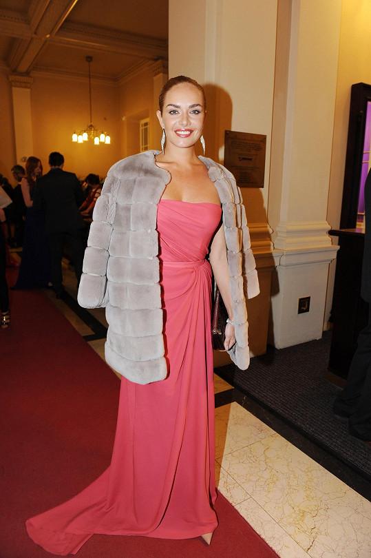 Když na ples dorazila, měla Táňa přes šaty přehozený luxusní kožíšek.