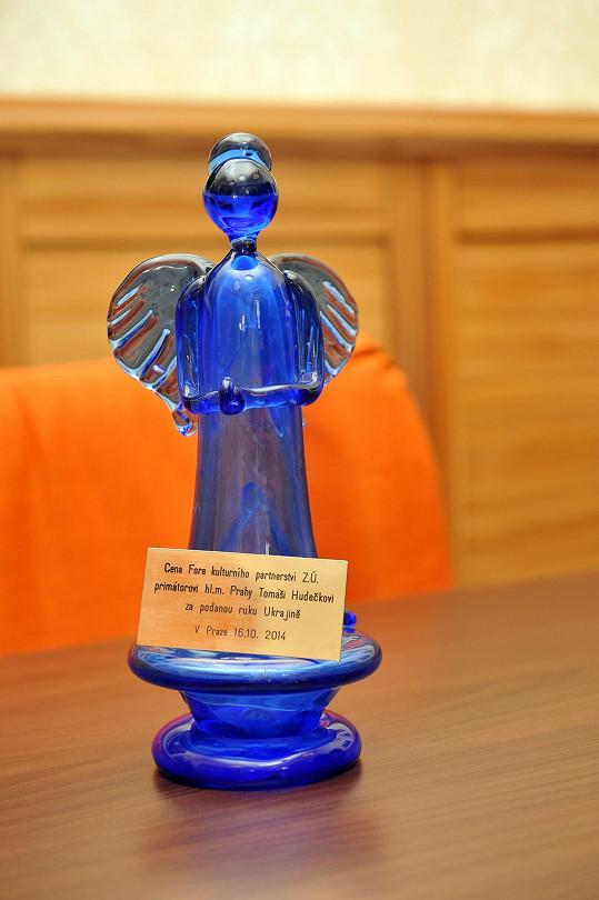 Tuhle cenu předali Ukrajinci primátoru Prahy Tomáši Hudečkovi za pomoc krajanům.
