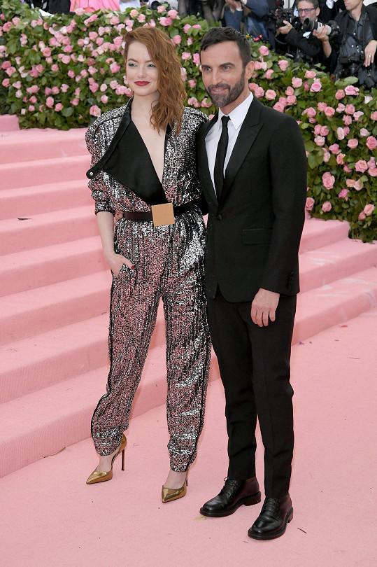 Kreativní ředitel módního domu Louis Vuitton Nicolas Ghesquière obléká mimo jiné herečku Emmu Stone.