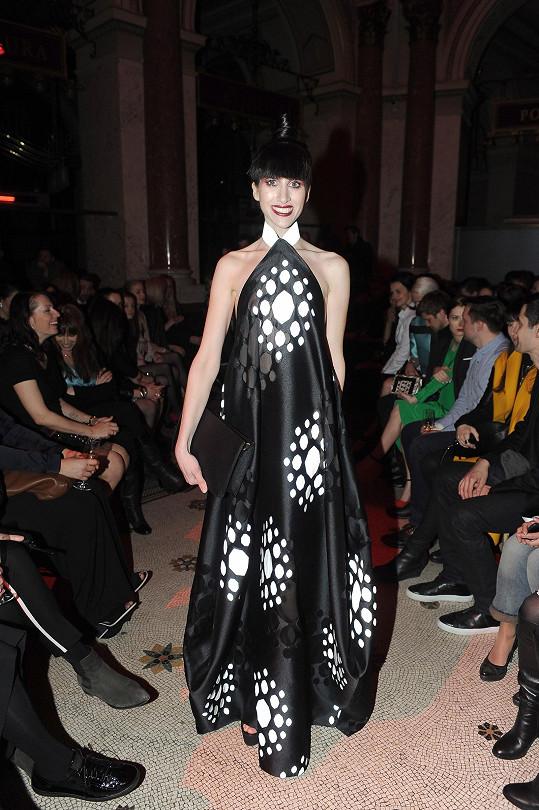 Na každý z šesti bloků volila bloggerka Ina Tina jiný outfit. Na večírku módního magazínu ji zdobily šaty z vytkávané organzy z couture kolekce Reflexe od Liběny Rochové.