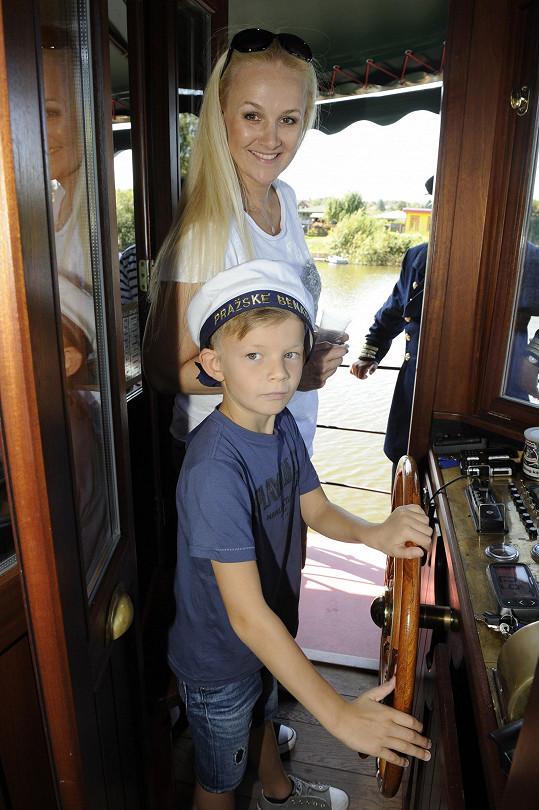 Plavbu lodí po Berounce si nenechala ujít ani Linda Finková se synem Matyášem.