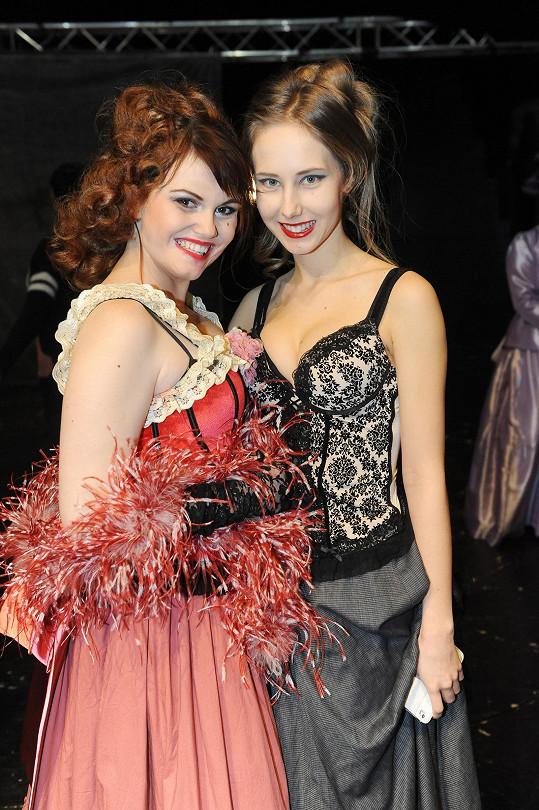 Denisa s kolegyní Eliškou Ochmannovou jako prostitutky v Přízraku Londýna