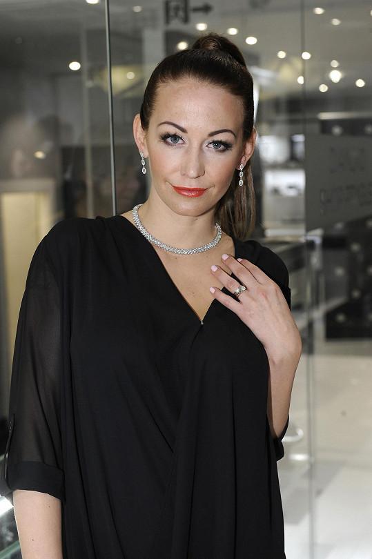 Agáta měla prezentovat luxusní diamantové šperky...