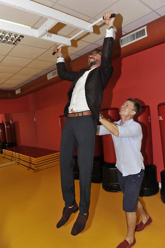 A v místním fitku s trenérem Davidem Hufem vyzkoušel své svaly.