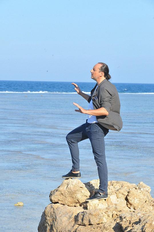 Marian při natáčení u moře