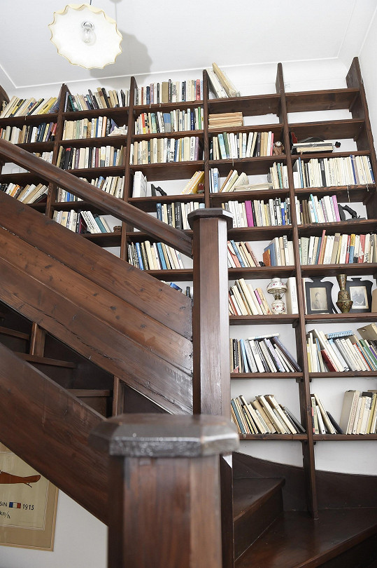 Knihy jsou v domě všude.