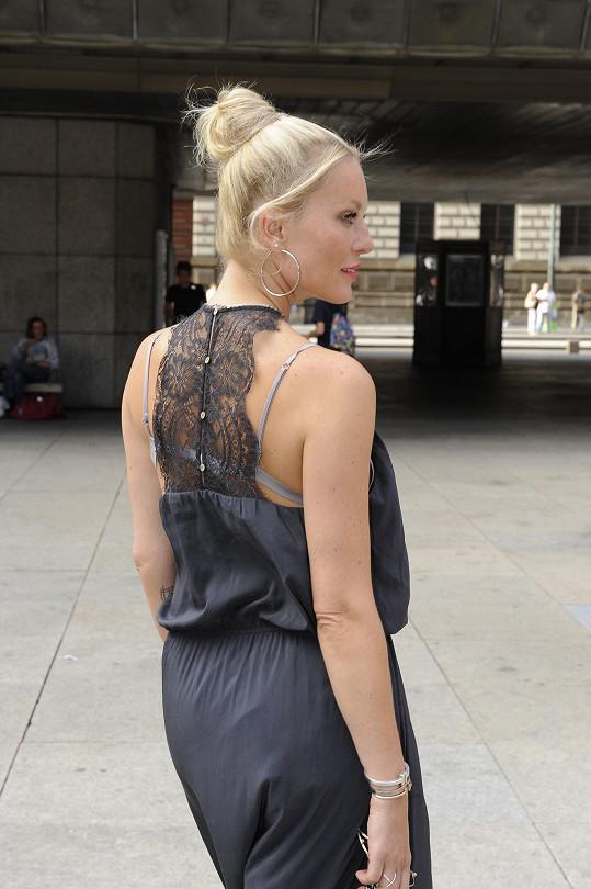 Zajímavý detail šatů na zádech
