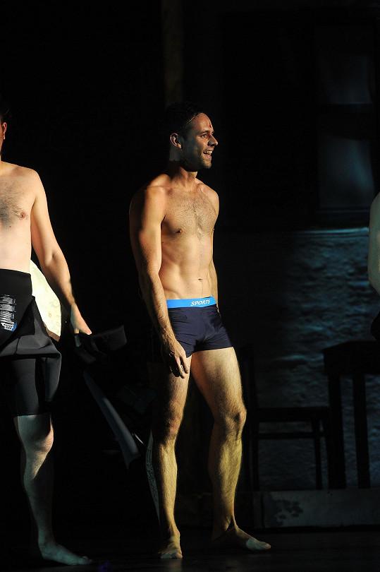 Michael Foret ukazuje na jevišti tělo.
