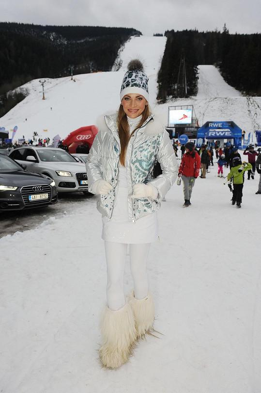...přes lyžařské kalhoty se obléká ještě sukně.