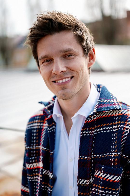 Sympatický muzikant se narodil v České Lípě, od studia VŠ žije v Praze.