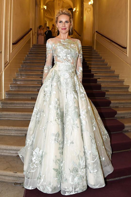 V opulentních šatech od návrhářky Jany Pištějové.