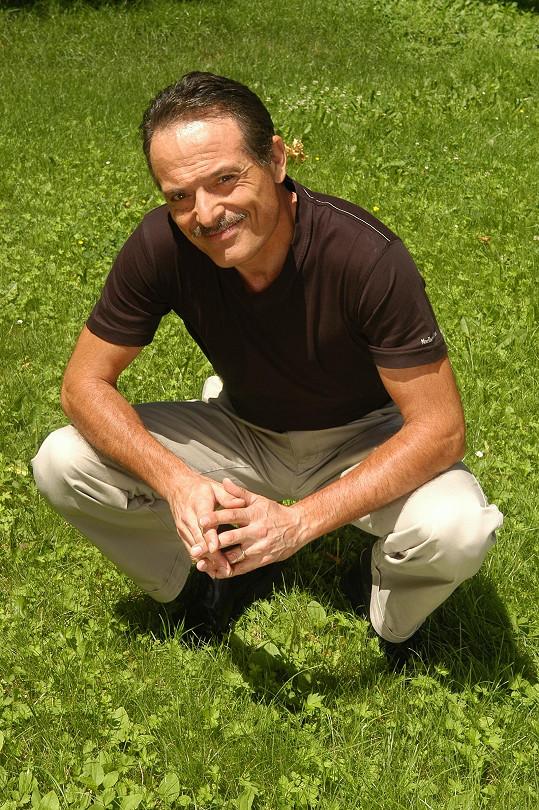 Štíhlý, charismatický novinář v létě 2007