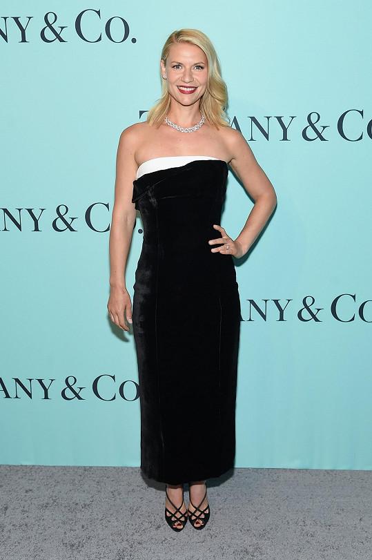 Herečka Claire Danes zvolila klasickou sofistikovanost. V módních šatech od Monse předvedla starou hollywoodskou esenci, kterou podtrhla diamantovým náhrdelníkem Tiffany přesahujícím cenu třinácti miliónů korun.