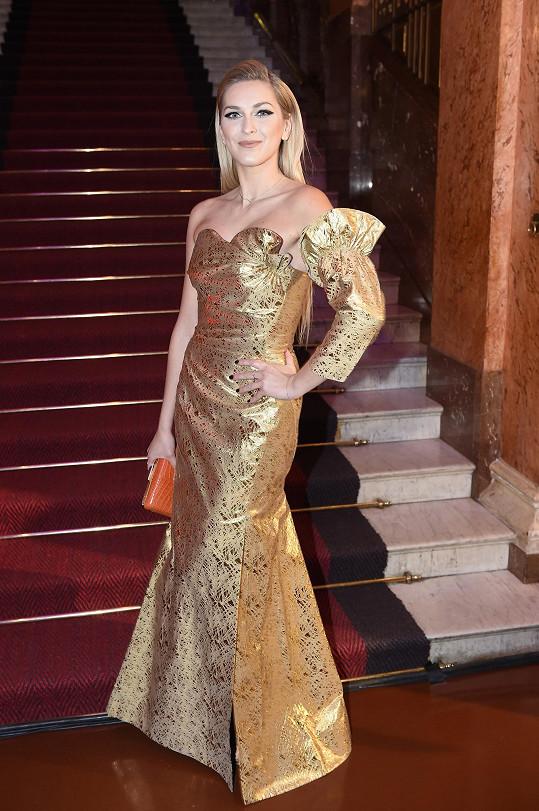 Zora v modelu od Vivienne Westwood