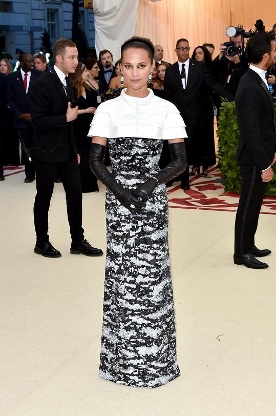 Nová představitelka Lary Croft, herečka Alicia Vikander, v modelu Louis Vuitton volně inspirovaném rouchem jeptišky