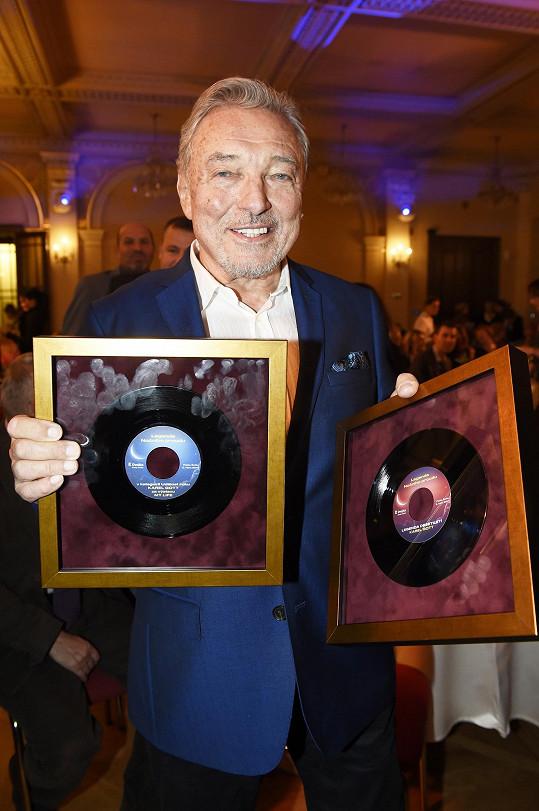 Karel Gott s cenami za výstavu My Life a za Zpěváka desetiletí