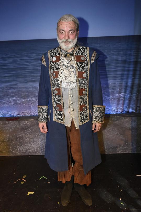 Hůlka je hlavní hvězdou muzikálu Robinson Crusoe v Divadle Na Maninách