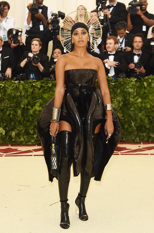 Solange Knowles jako křesťanská ikona z obrazu. Se svatým lookem kontrastoval latexový materiál kostýmu od Iris van Herpen a doplňky Brother Vellies zdobené kameny Swarovski.