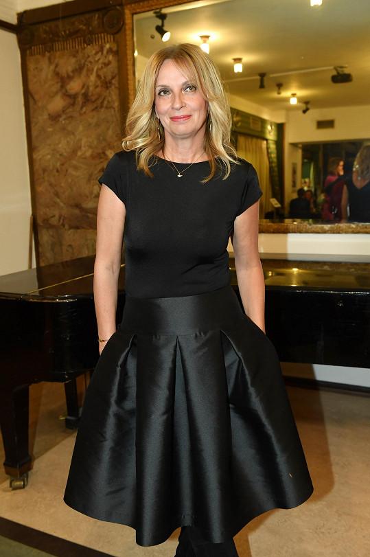 Ivana Chýlková si vzala na premiéru stylovou černou sukni.