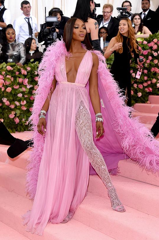 Naomi Campbell vynesla nejen nádhernou róbu Valentino, ale také šperky včetně vintage náramku BVLGARI z roku 1959, který už zdobil herečky Reese Witherspoon, Jennifer Garner či Julii Roberts.