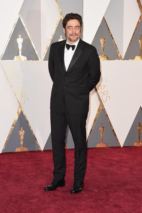 Benicio Del Toroměl na soběčerný smokingz italského módního domu Pradazvlněného mohérusklasickou lesklou klopou. Pod něj oblékl bílou strečovou popelínovou smokingovou košili a uvázal černý grogrénový motýlek (vše stejné značky jako smoking), který bohužel působil lehce unaveně.