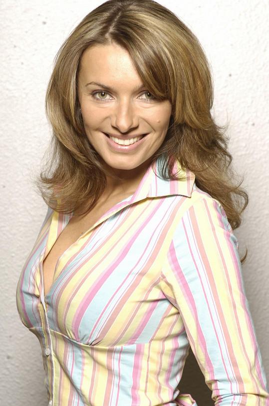 Alice Bendová hrála v Rodinných poutech Simonu Pražákovou.
