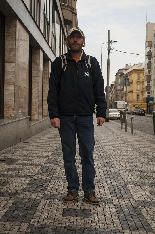 Muž na začátku připomínal spíš bezdomovce.
