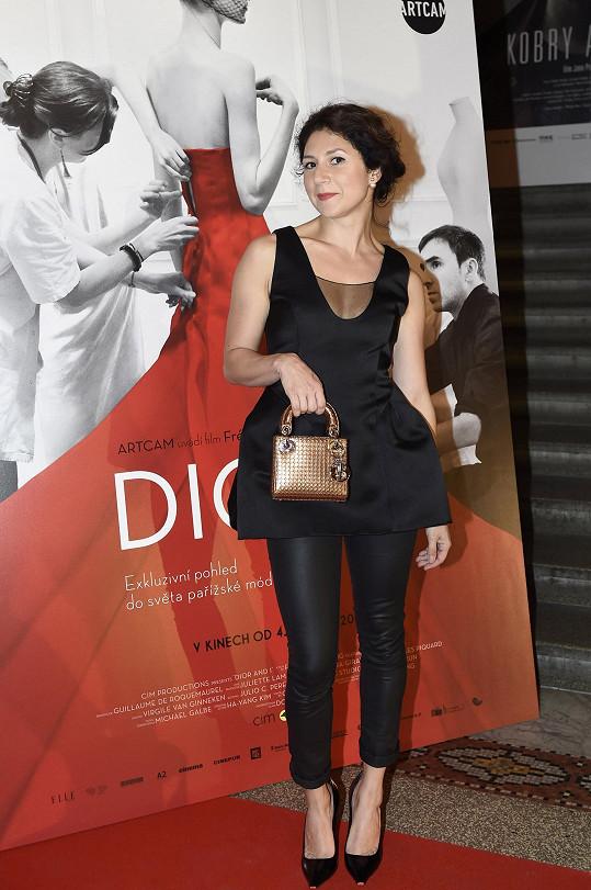 Martha Issová se ochotně nechala obléknout do nápaditě řešených malých černých šatů Dior, které doplnila stejně barevnými cigaretovými kalhotami. Černý monolit rozbíjela bronzová kabelka mini Lady Dior, kterou herečka hrdě předváděla svým přátelům.
