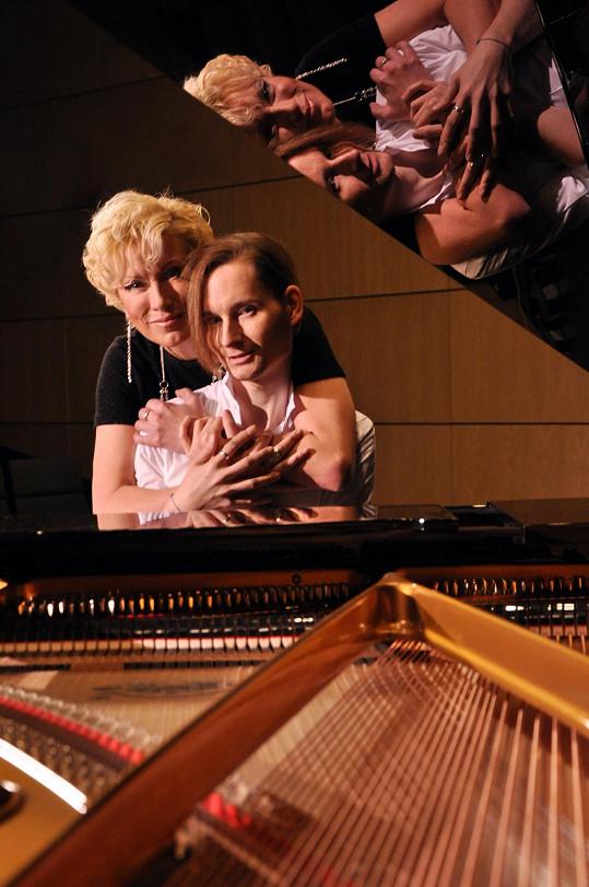Renata se svým dvorním pianistou a autorem Petrem Ožanou