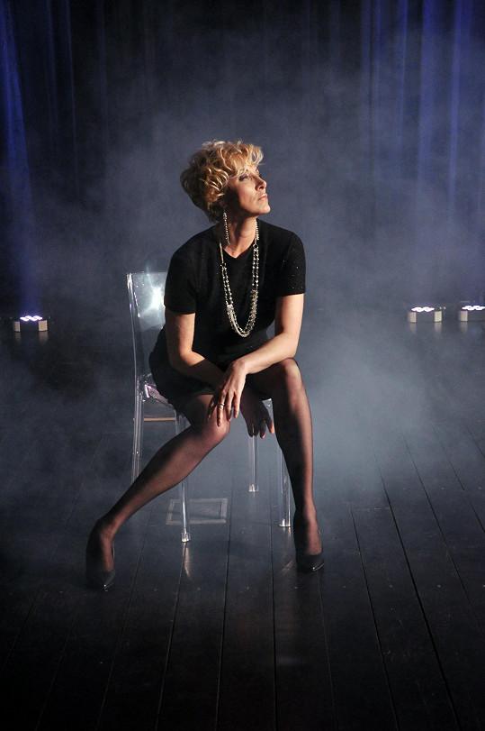 V klipu už zpěvačka vypadá zcela jinak.