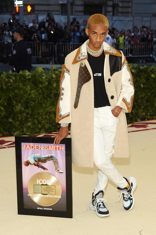 Androgynního vzhledu se Jaden Smith tentokrát zřekl. Návrhář Nicolas Ghesquière ho oblékl do robustního kabátu s prvky ikonického monogramu Louis Vuitton. Je ale pravda, že na ženský prvek ale přece jen došlo v podobě masivního náhrdelníku a obutí primárně navrženého do dámské kolekce.