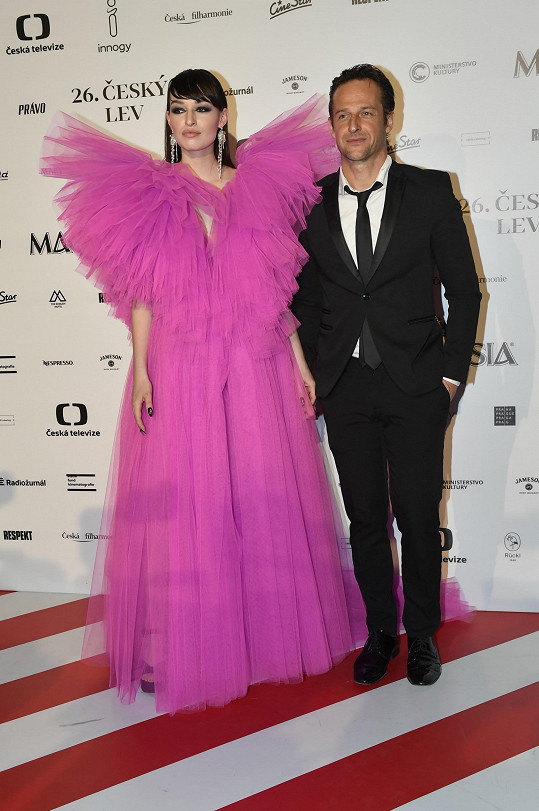 Veřejnost návrhářku a modelku poprvé výrazně zaznamenala na Českých lvech, kde se objevila po boku partnera Slávka Horáka.