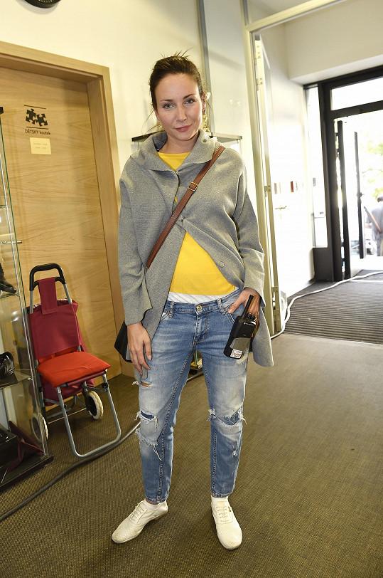 Veronika na place při natáčení filmu Decibely lásky