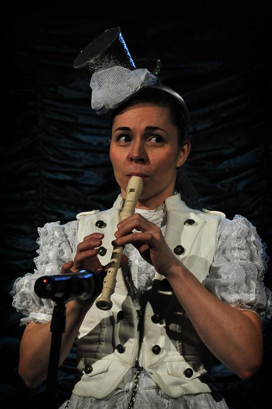 V komedii baví diváky i Kateřina Winterová.