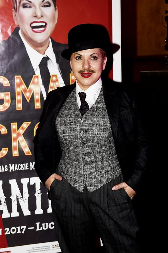 Dagmar Pecková s plakátem ke kabaretní show