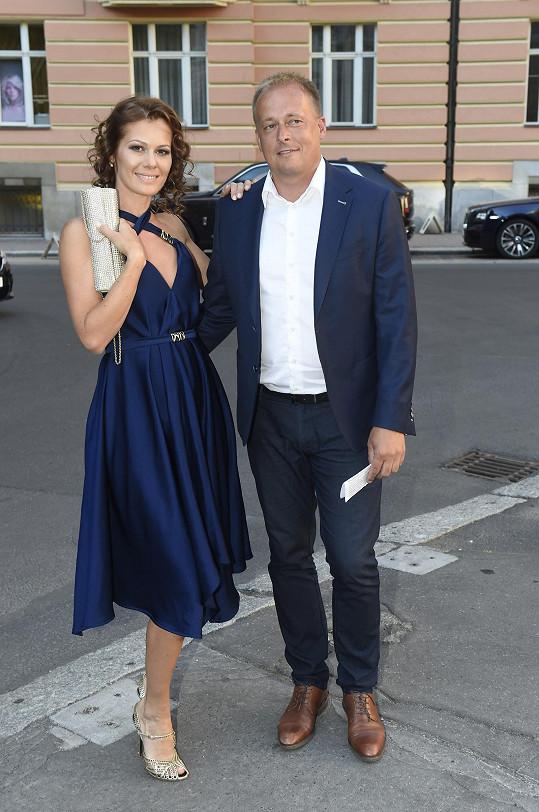 Bývalá Miss Jana Doleželová se sice s manažerem Davidem Trundou před lety zasnoubila, ale na svatbu už nedošlo. Po šesti letech oznámili rozchod.