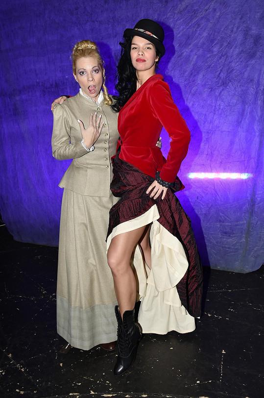 S Míšou Noskovou, která hraje její vzornější sestru.
