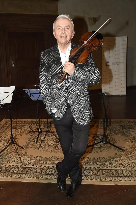 Jaroslav Svěcený v novém saku