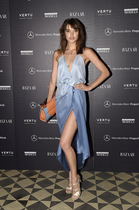 Eva Doll doplnila šaty od českého návrháře Jakuba Polanky kabelkou větších rozměrů od Balenciaga.